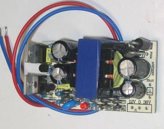 一种容易制作的开关电源家族的电子变压器。我们经过反复实验这种电子变压器的电流反应速度很快 这里介绍一种容易制作的开关电源家族的电子变压器。我们经过反复实验这种电子变压器的电流反应速度很快!已经超过了普通的工频变压器,该电路完全可以代替功放的电源。 电子变压器AC/DC有过电流限制保护功能适合电动自行车的电瓶充电 如果将几个AC/DC并联可以做成大功率的充电机。 由于该电路的适应电流变化能力很强采用并联可以代替数KW的火牛,应用在音响电源。 电子制作网提供实验套件!