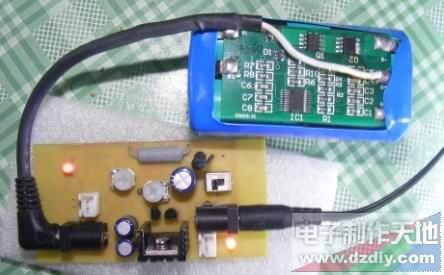 设计 锂电池/这是正在给我的电池充电,呵呵,现在是红灯,等充满电后会跳...
